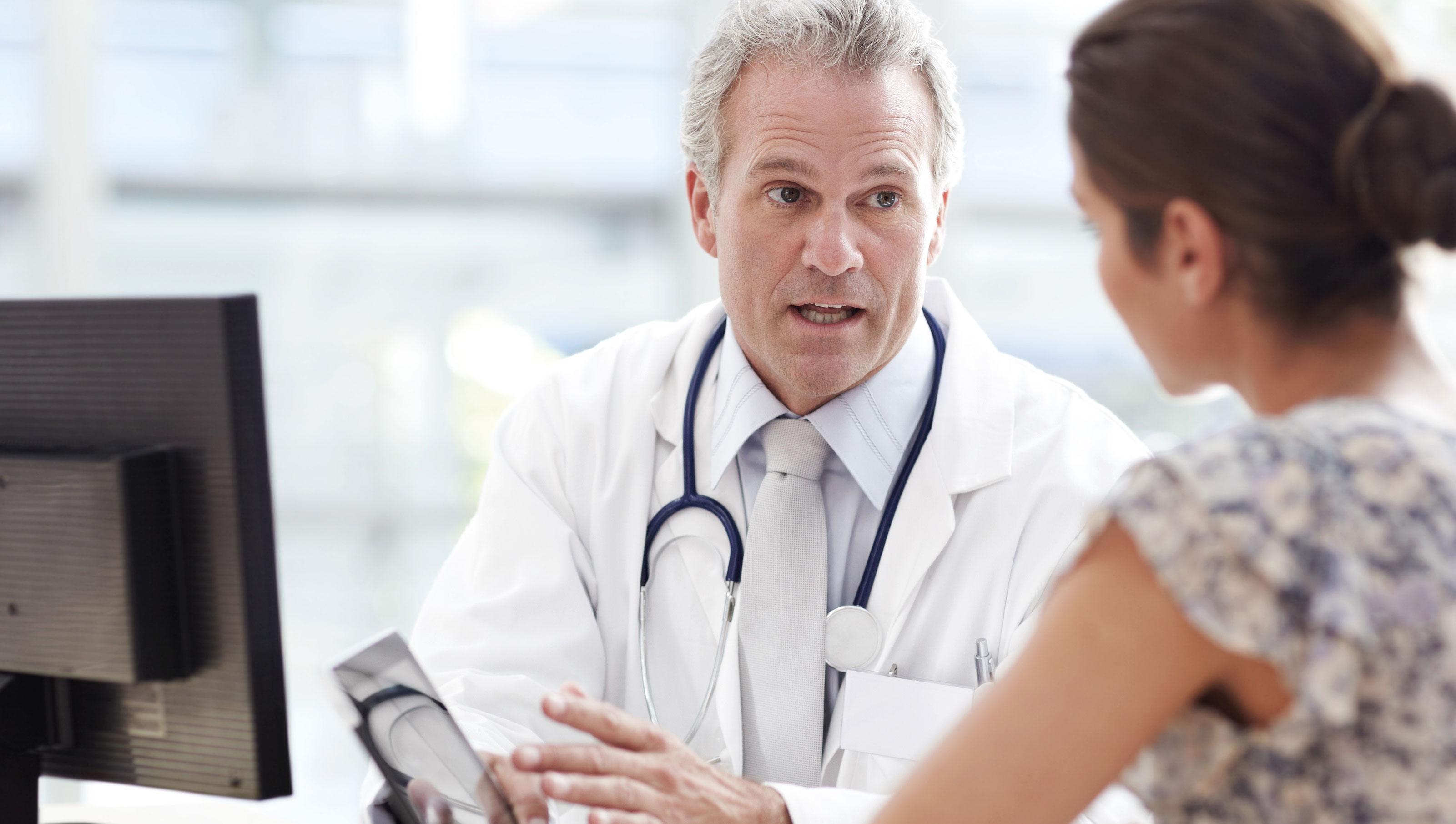 Dokter en vrouw praten over certificaten