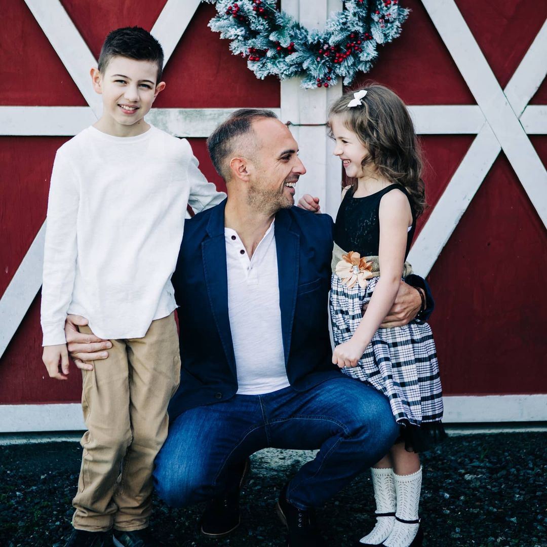 A father and his two kids pose for Christmas photos. Photo by Nellie Quail Photography.