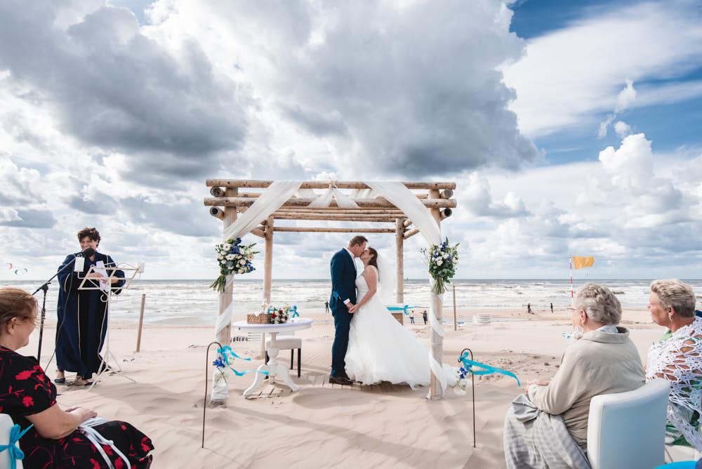kus bruiloft aan zee