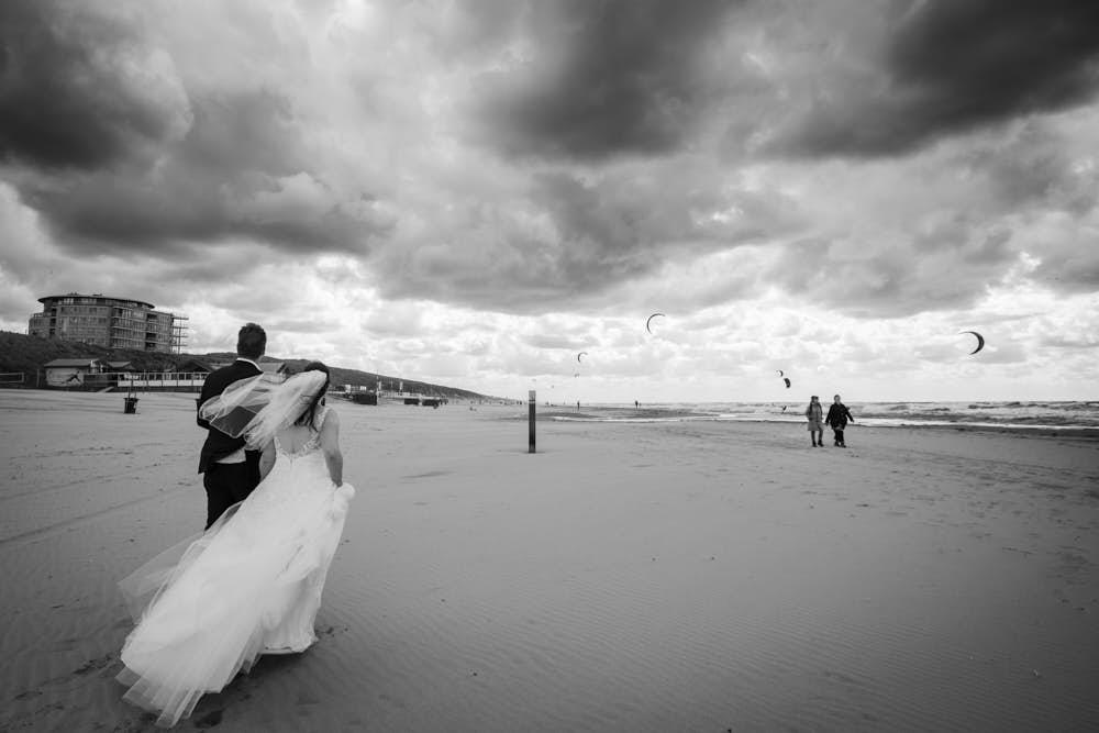 strandwandeling zandvoort bruiloft