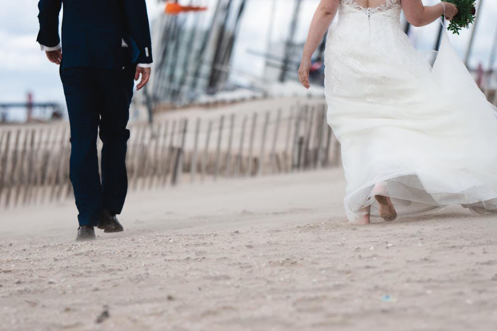 blote voeten bruidspaar