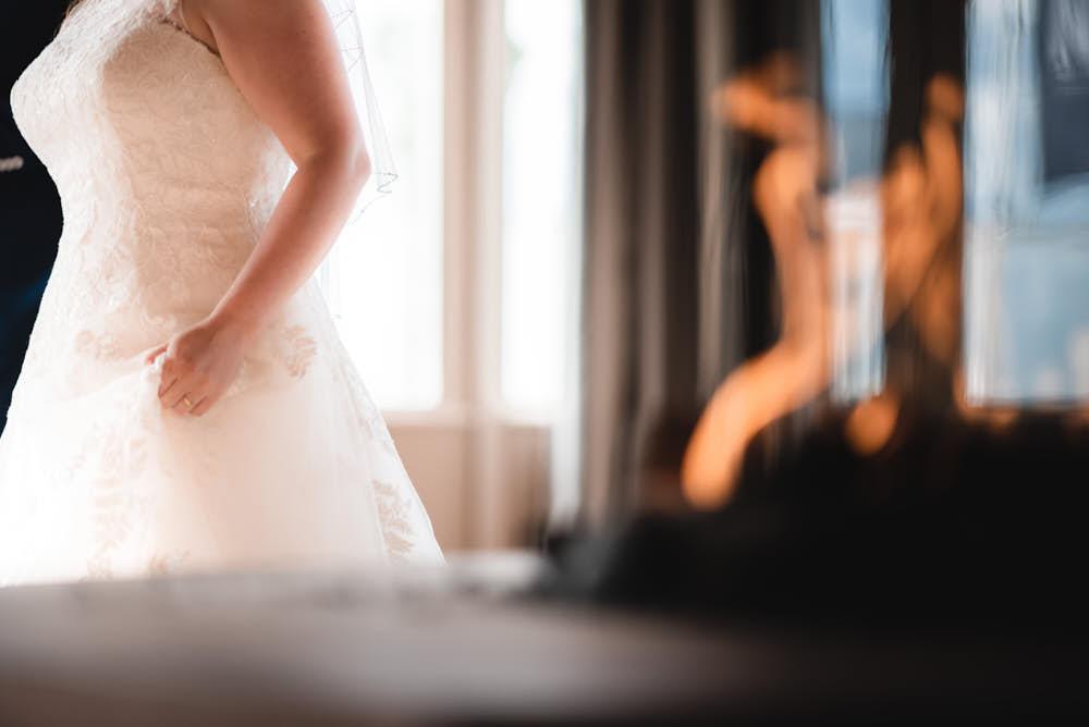 bruid bij open haard