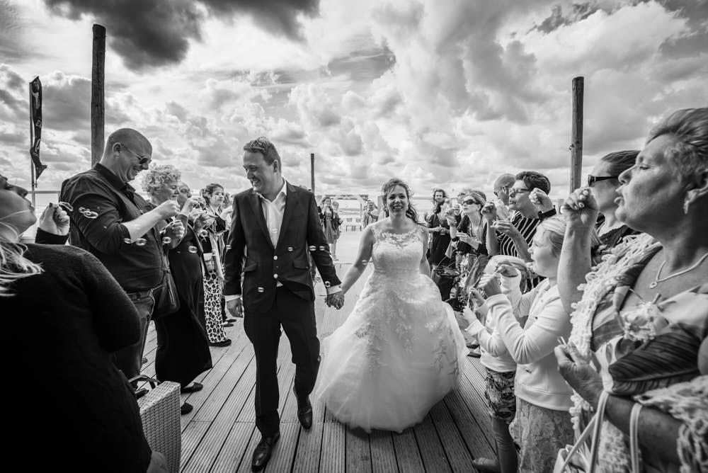 zojuist getrouwd op het strand