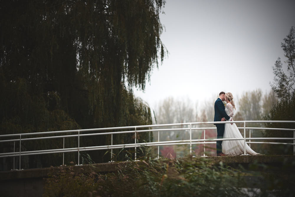 bruidspaar in park