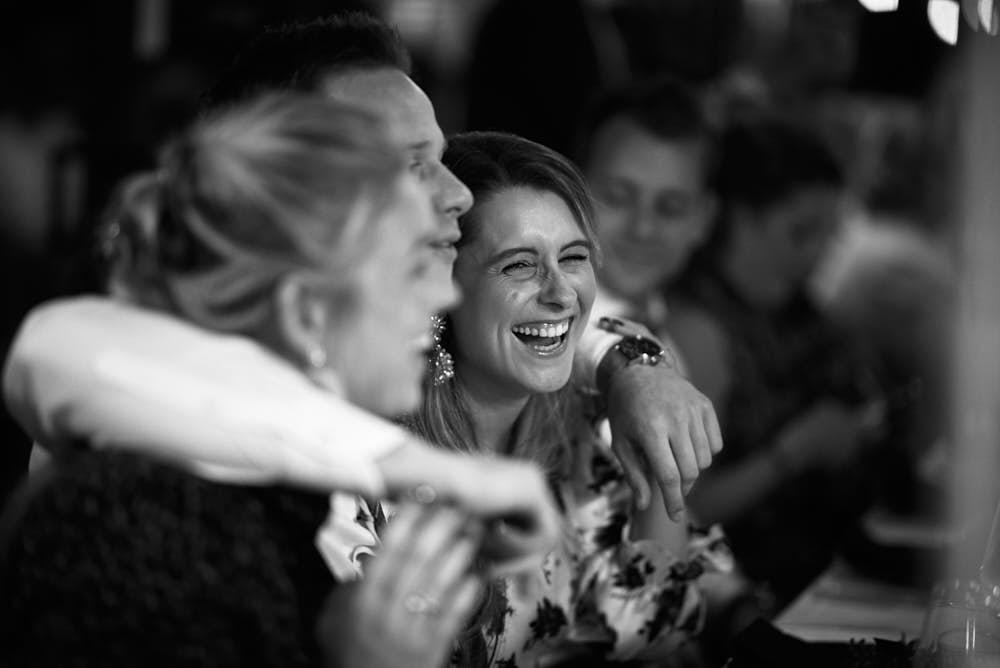 lachende mensen tijdens diner