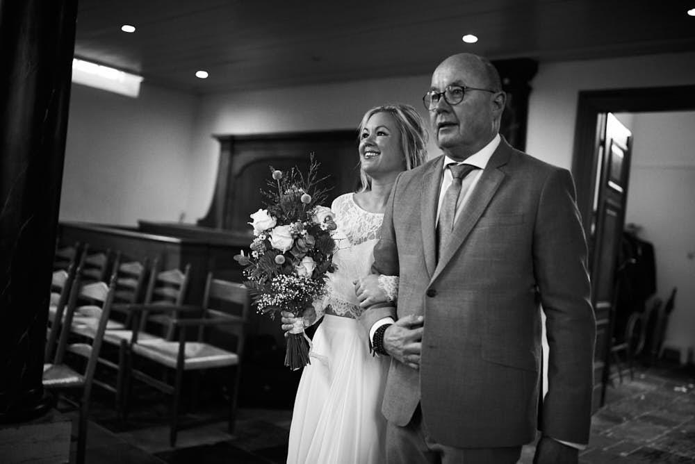 bruid komt aan bij ceremonie