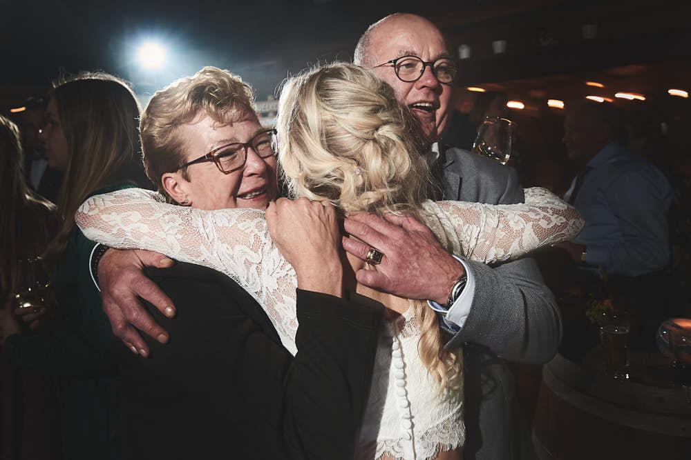bruid knuffel met ouders