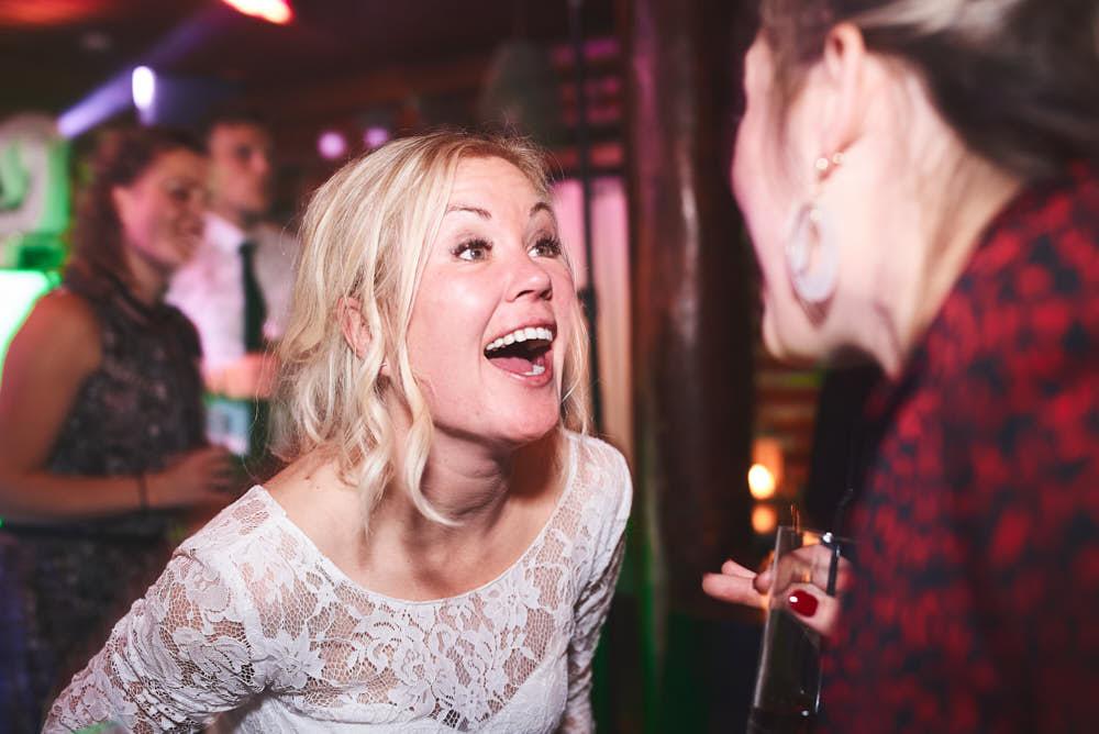 vrolijke bruid
