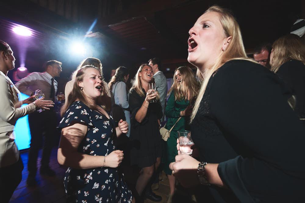 dansende gasten trouwfeest