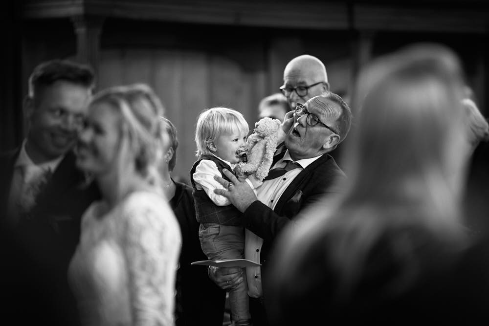 ondeugend kind op bruiloft