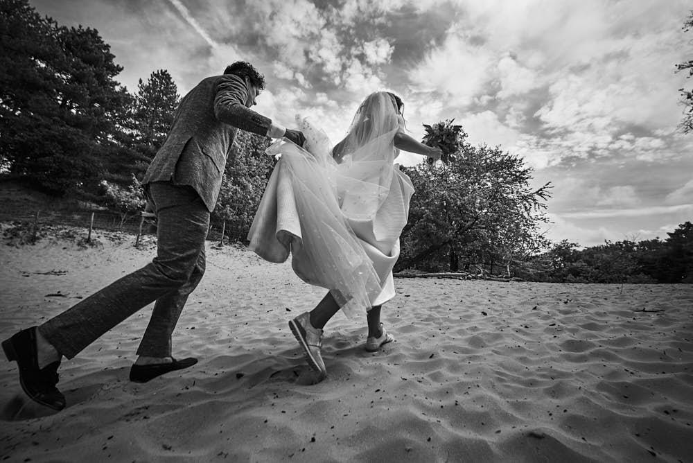bruidspaar trouwdag in duinen