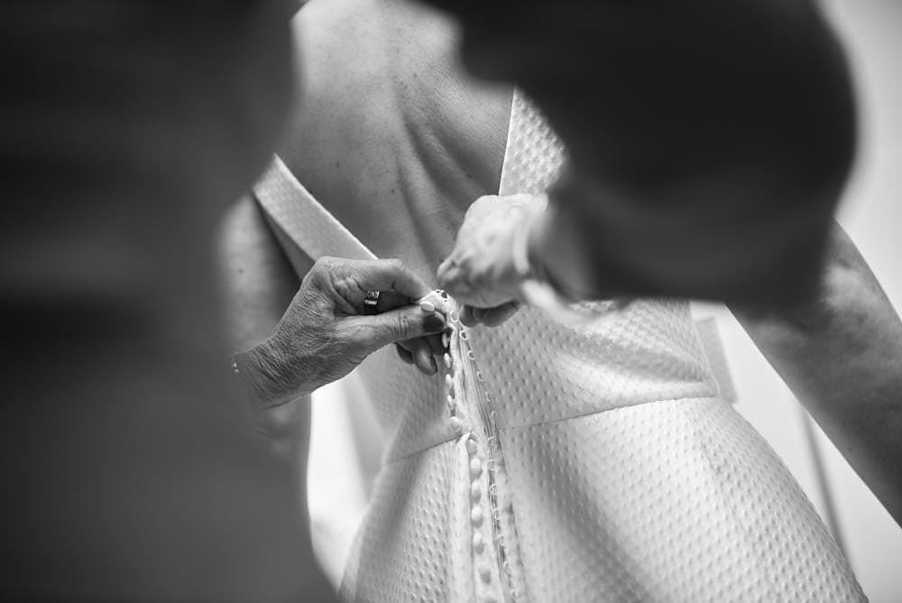 jurk aandoen trouwdag