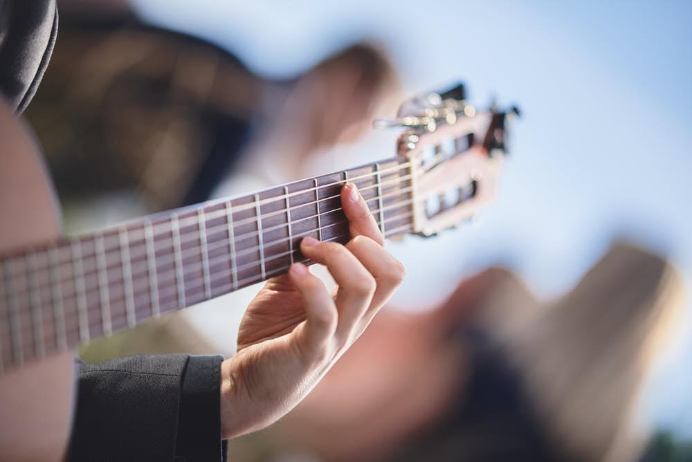 muzikant op bruiloft gitaar