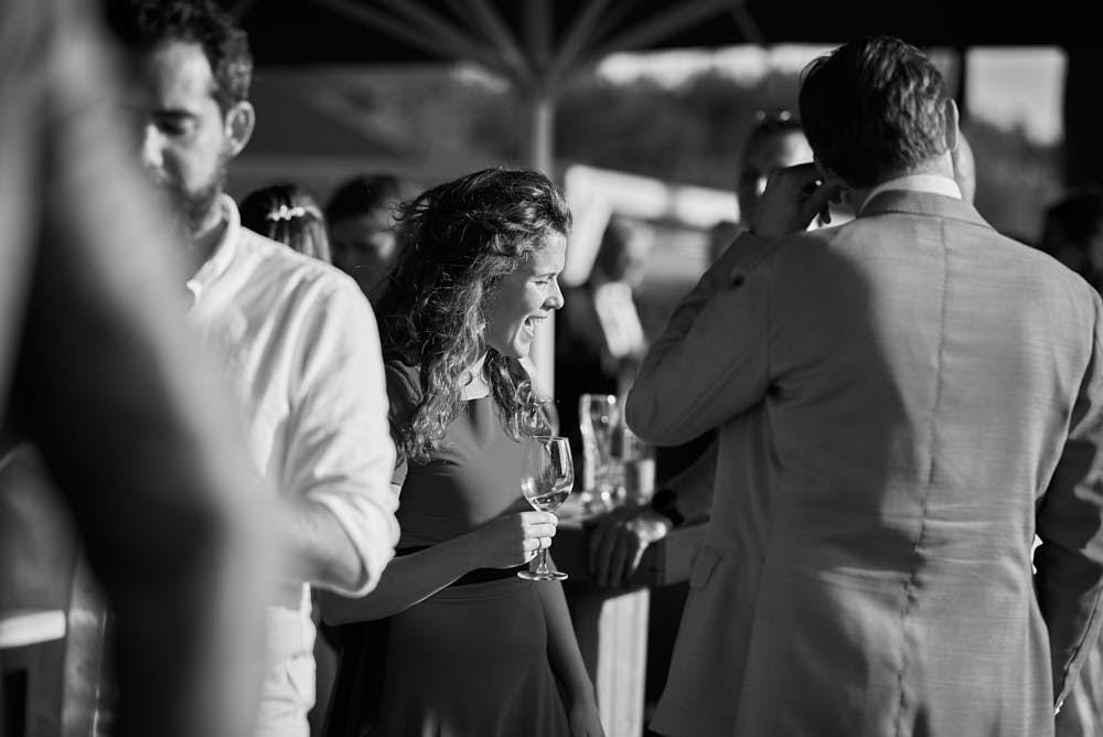 lachen op bruiloft