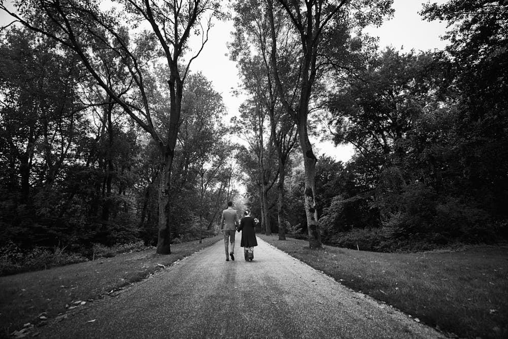 parkwandeling trouwen bruidspaar