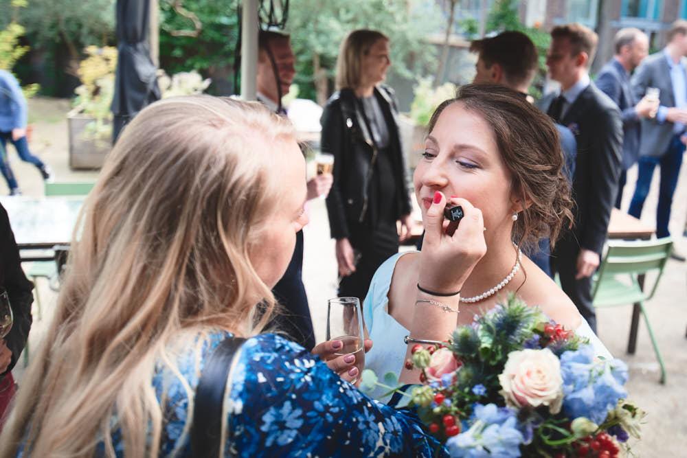 make-up bijwerken op bruiloft