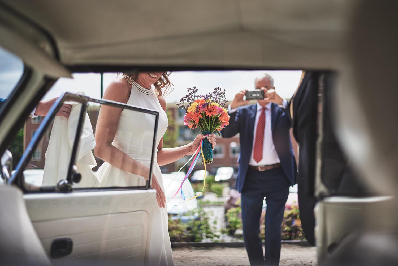 bruid in auto foto