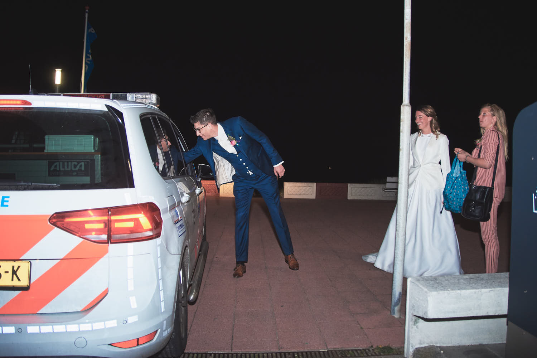 politie houd bruidspaar aan
