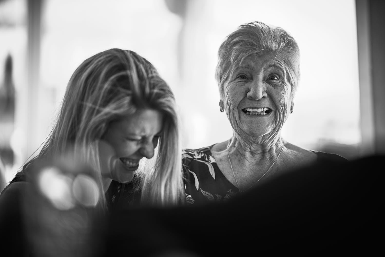 lachende oma op trouwdag