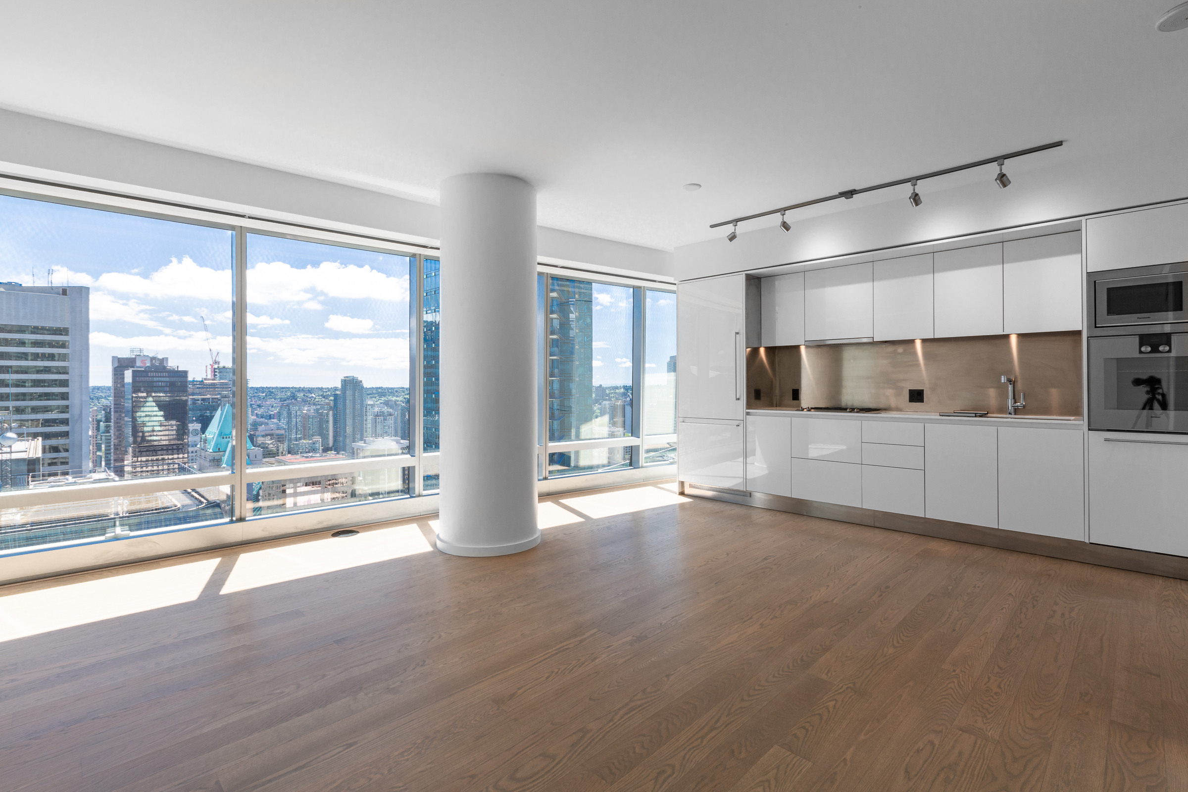 UNFURNISHED DELUXE ONE BEDROOM AND DEN PROPERTY IN THE LUXURIOUS TRUMP RESIDENCES VANCOUVER