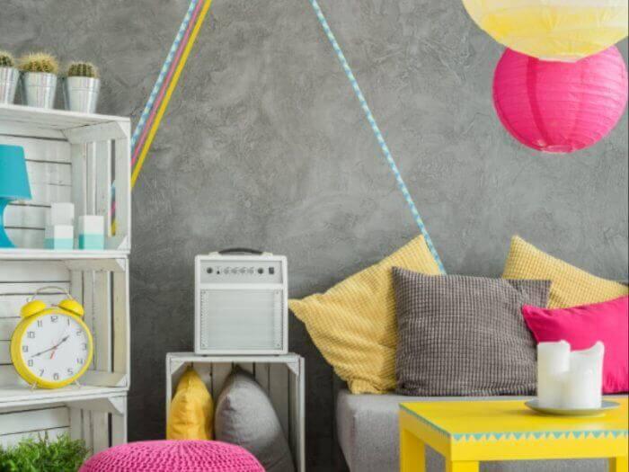 DIY Wohnzimmer - Regal aus Kartoffelkisten und bunte genähte Kissen