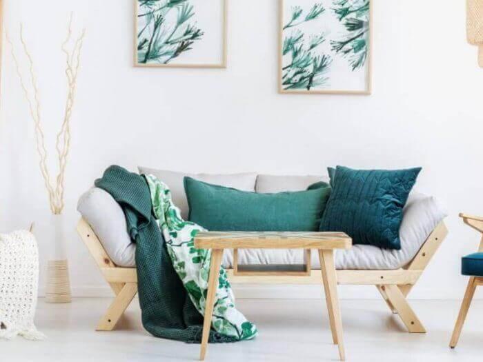 Sofa aus Holz mit genähten Kissen