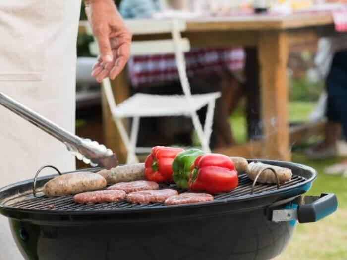 Kugelgrill mit Paprika und Wurst