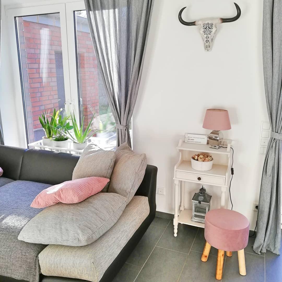 Wohnzimmer mit rosa Kissen
