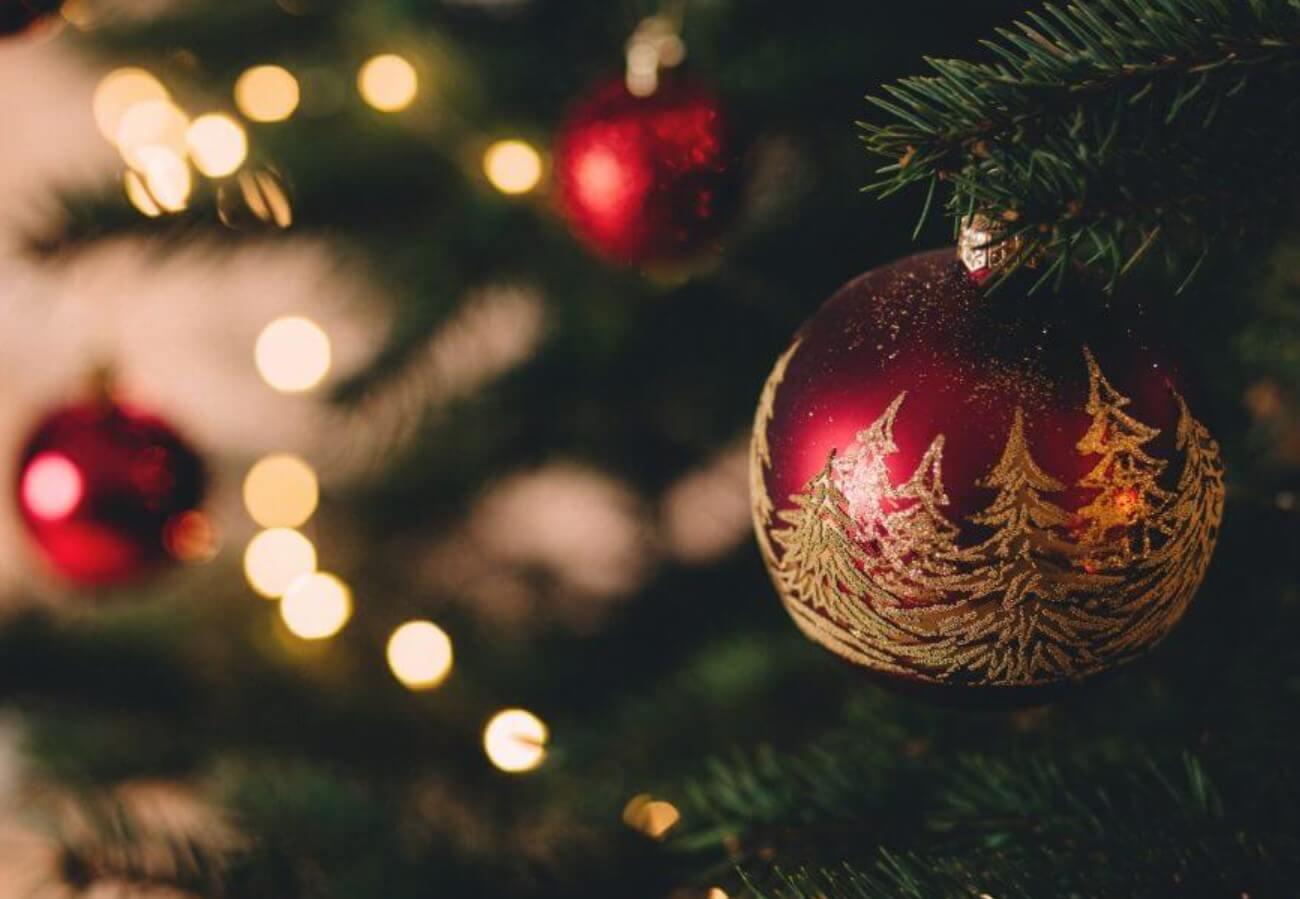 Glaskugeln - Weihnachtsschmuck beliebt sind die Farben rot oder gold