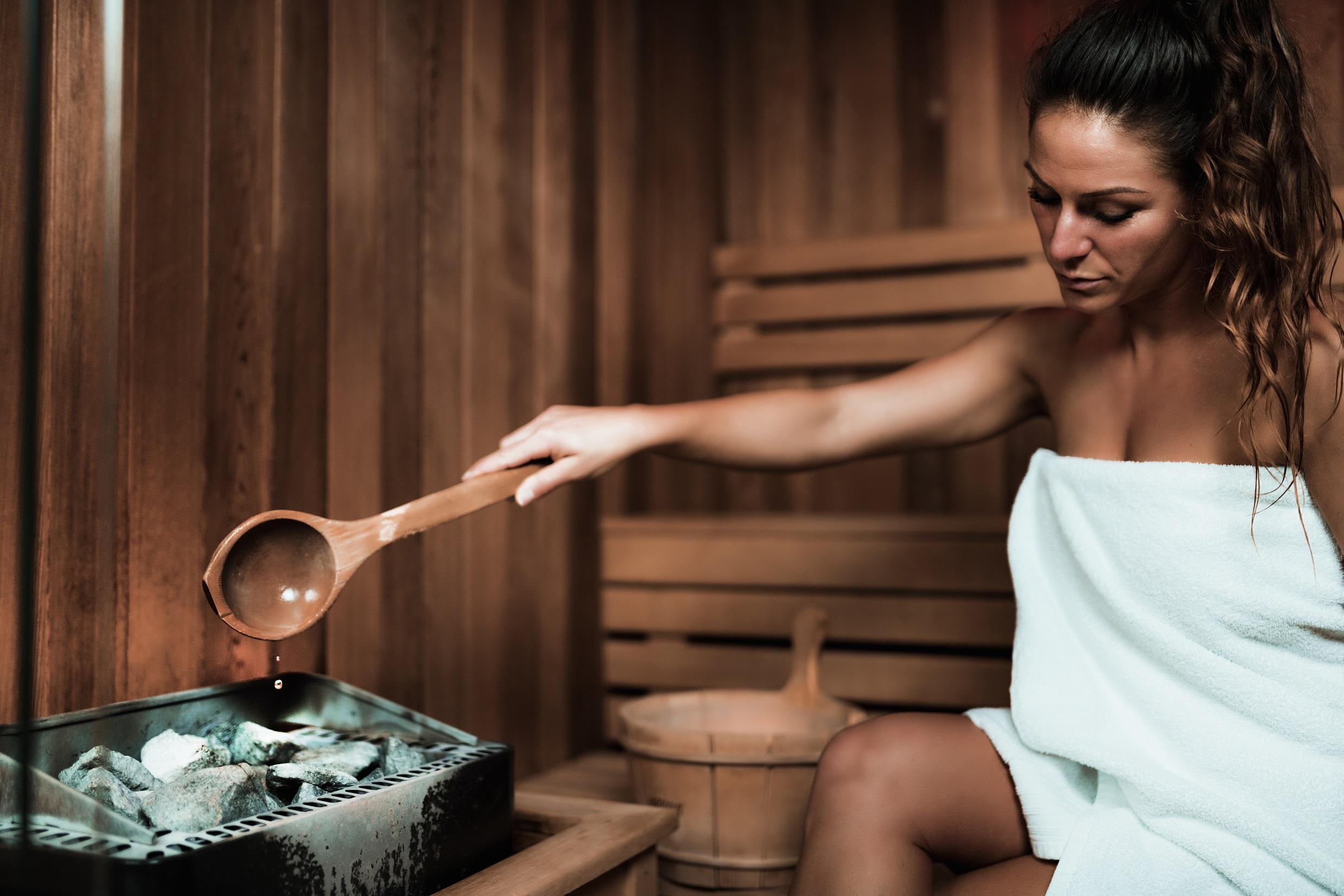Junge Frau in der Sauna