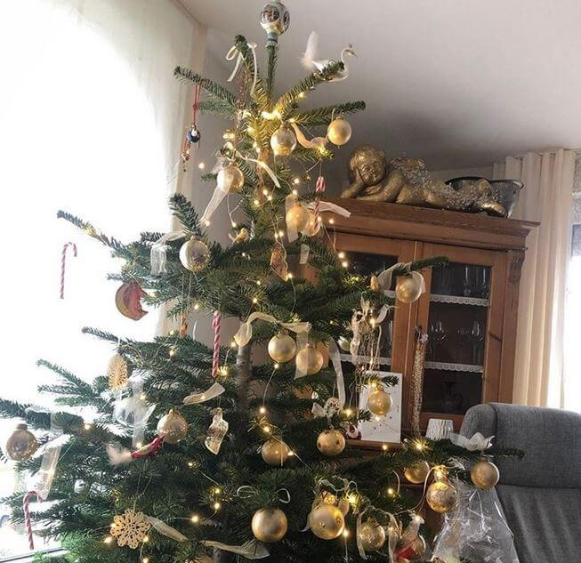 Weihnachtsbaum geschmückt mit goldenen Kugeln