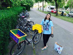 junge Fraz mit einem Fahrrad