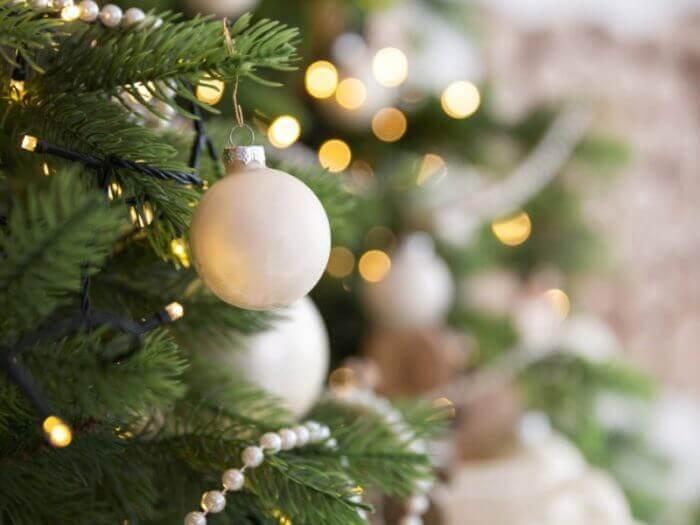Weihnachtsbaum mit goldenen Glaskugeln