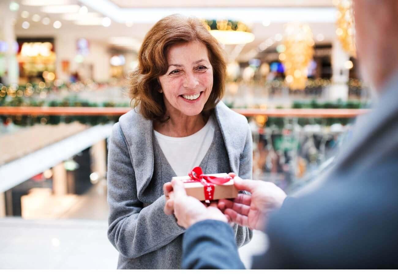 Frau beim Geschenke kaufen
