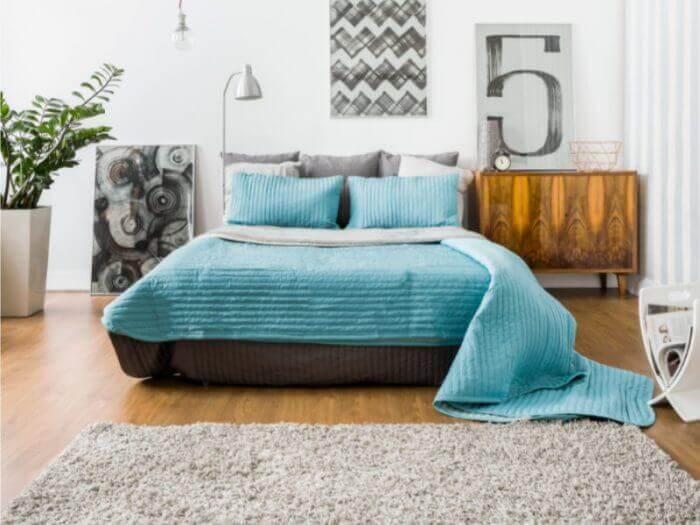 gemütliches Schlafzimmer - hell Bett türkis
