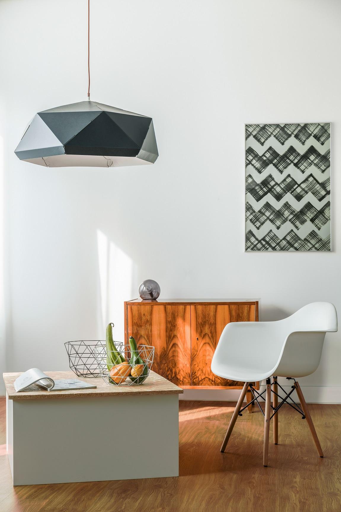 Wohnen in weiß muss nicht unpersönlich sein- Stuhl mit Tisch