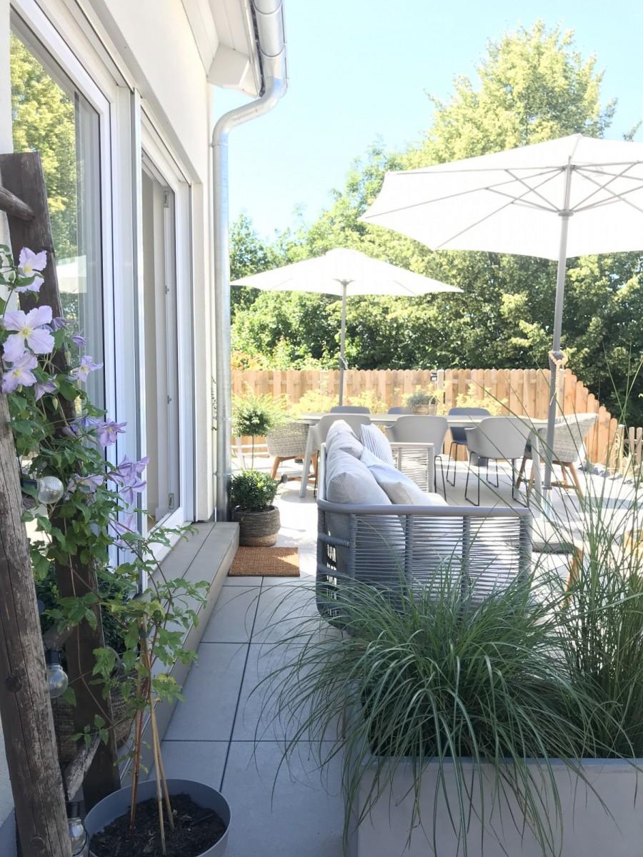 Mimi's Zuhause ist hell erleuchtet von hellem Holz und weißer Farbe.