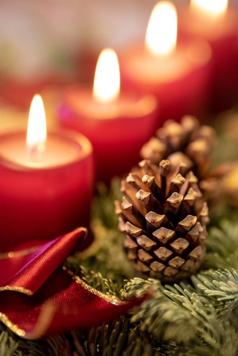 der  perfekte Adventskranz mit 4 Kerzen  in rot