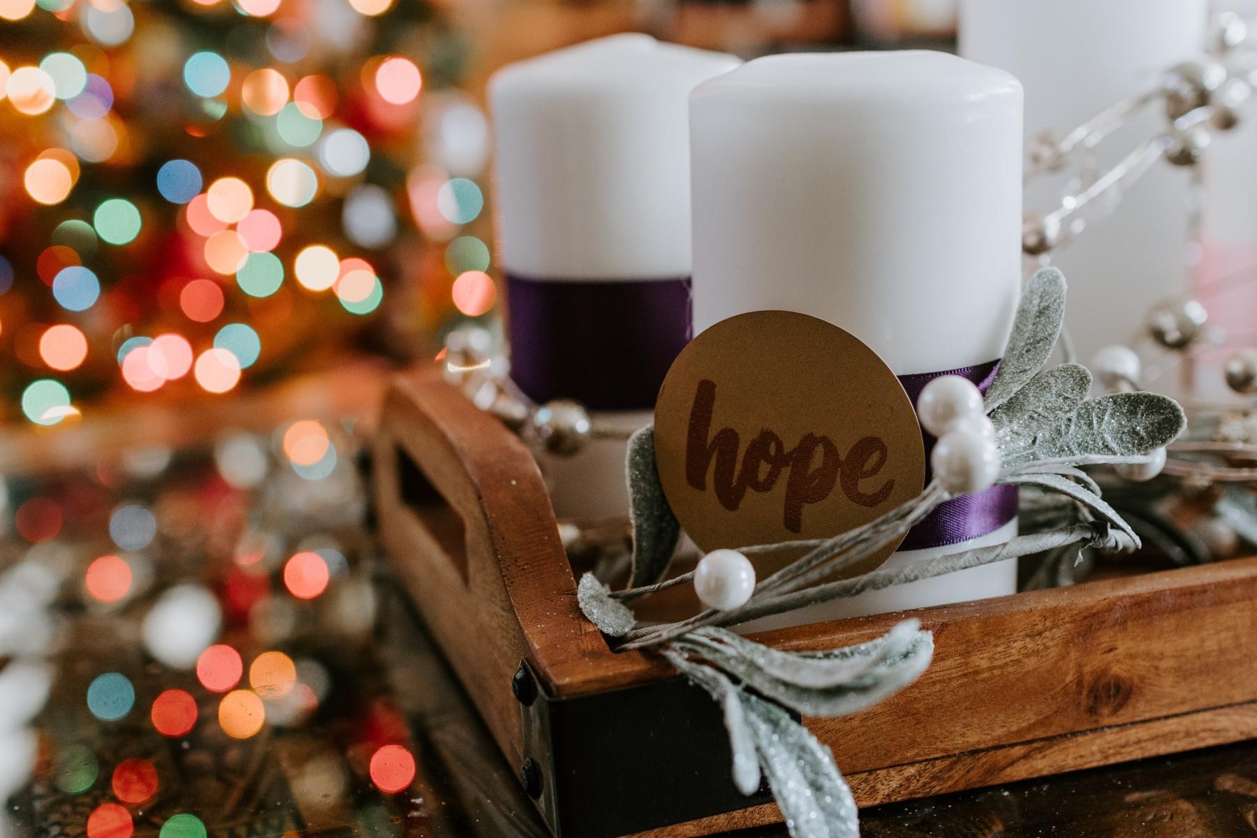 Weiße Kerzen und ein Tablett - der  perfekte Adventskranz