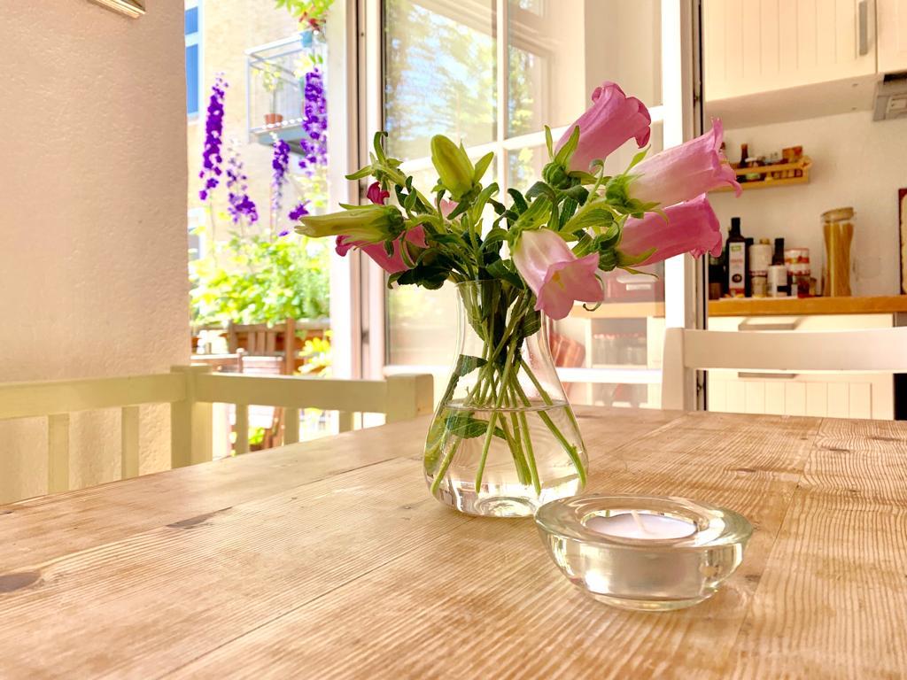 Wohnen, Pflanze, Naturholz, Weiß, Dekoration, Tür, Bilderrahmen, Tisch, Stuhl, Schrank