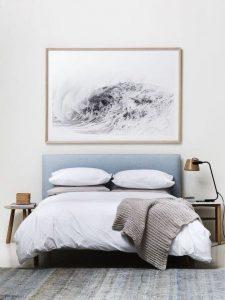 Luxus Schlafzimmer - Nachtisch mit Licht Kunstwerk über dem Bett