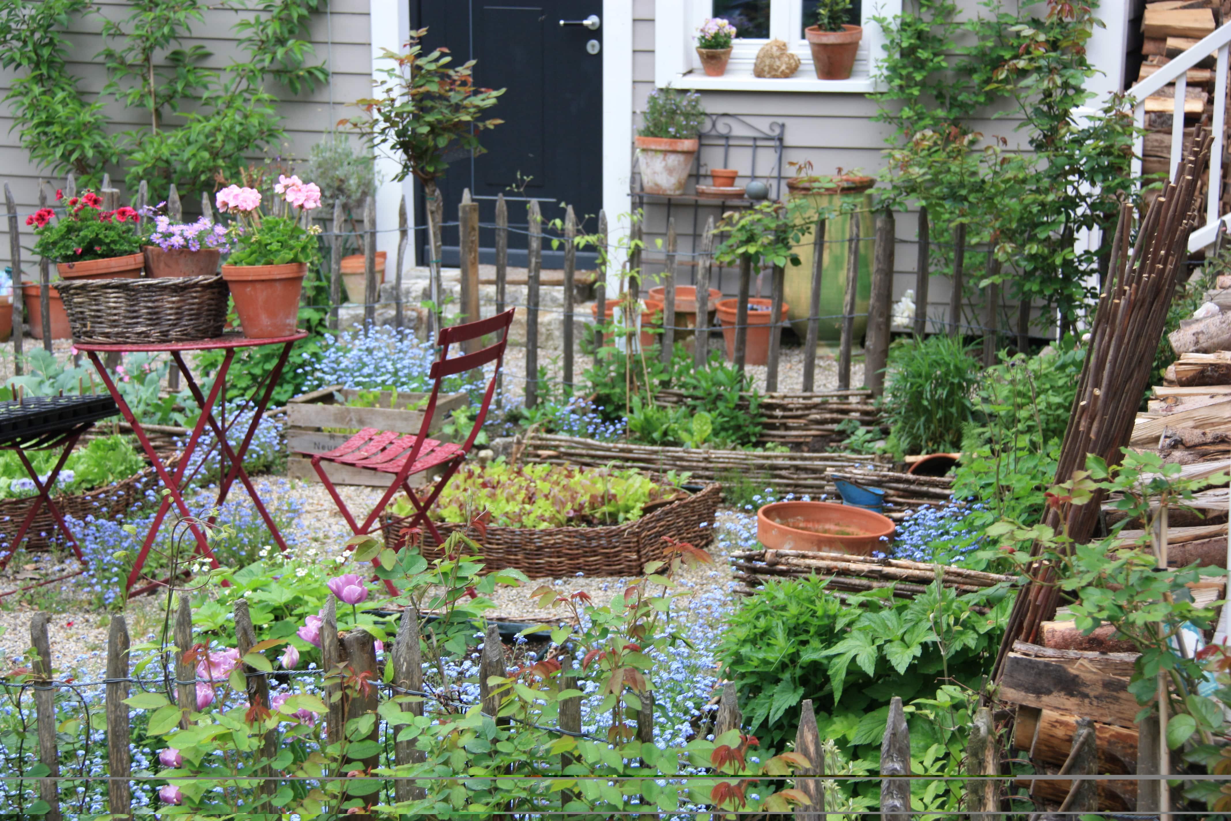 Sitzecke im Cottage Garten - geordnete Unordnung