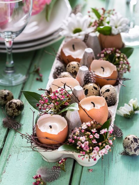 Osterdekoration aus Eierkarton mit Kerzen