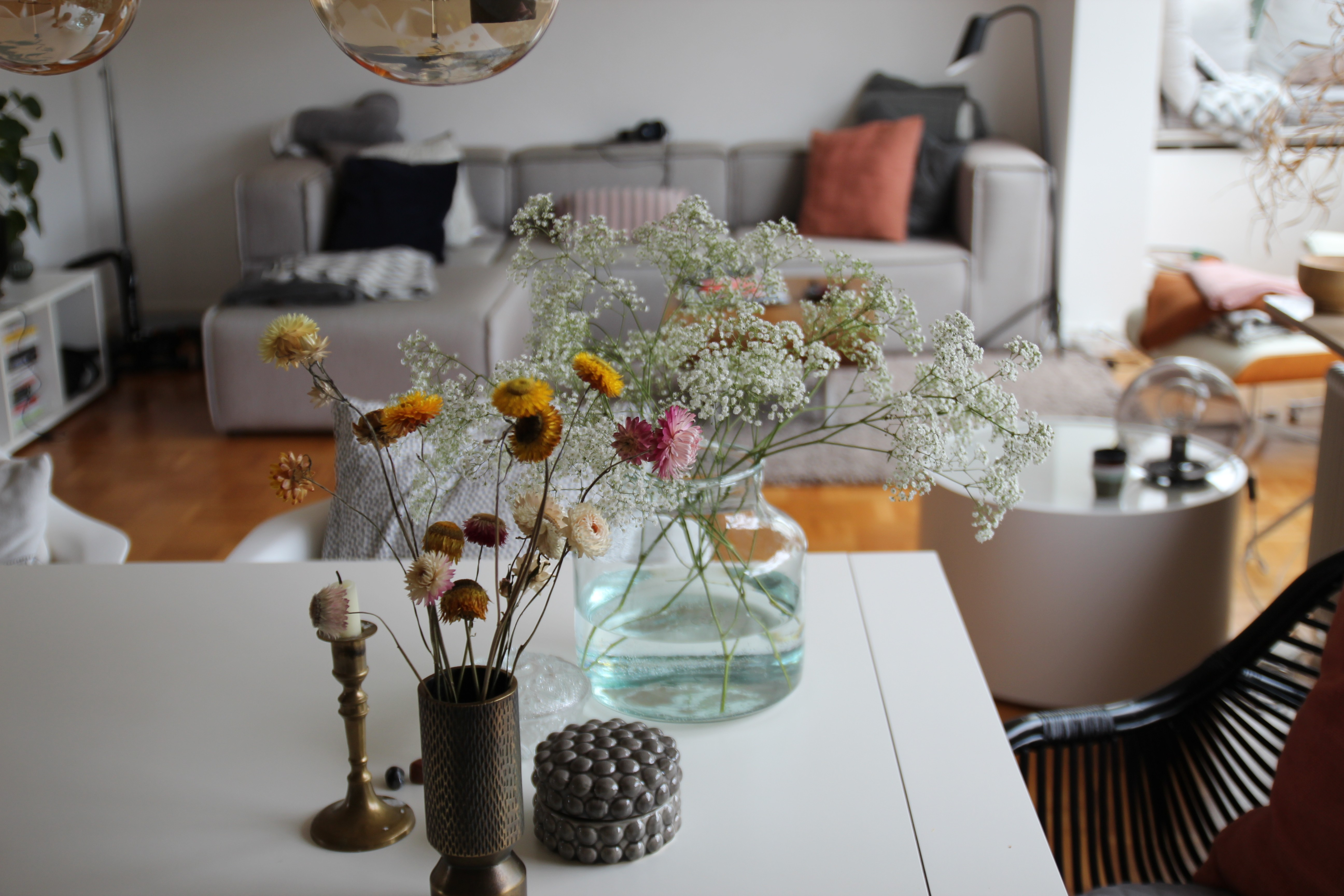 Wohnen, Pflanze, Naturholz, Bunt, Schwarz, Weiß, Glas, Dekoration, Tisch, Stuhl, Schrank, Licht