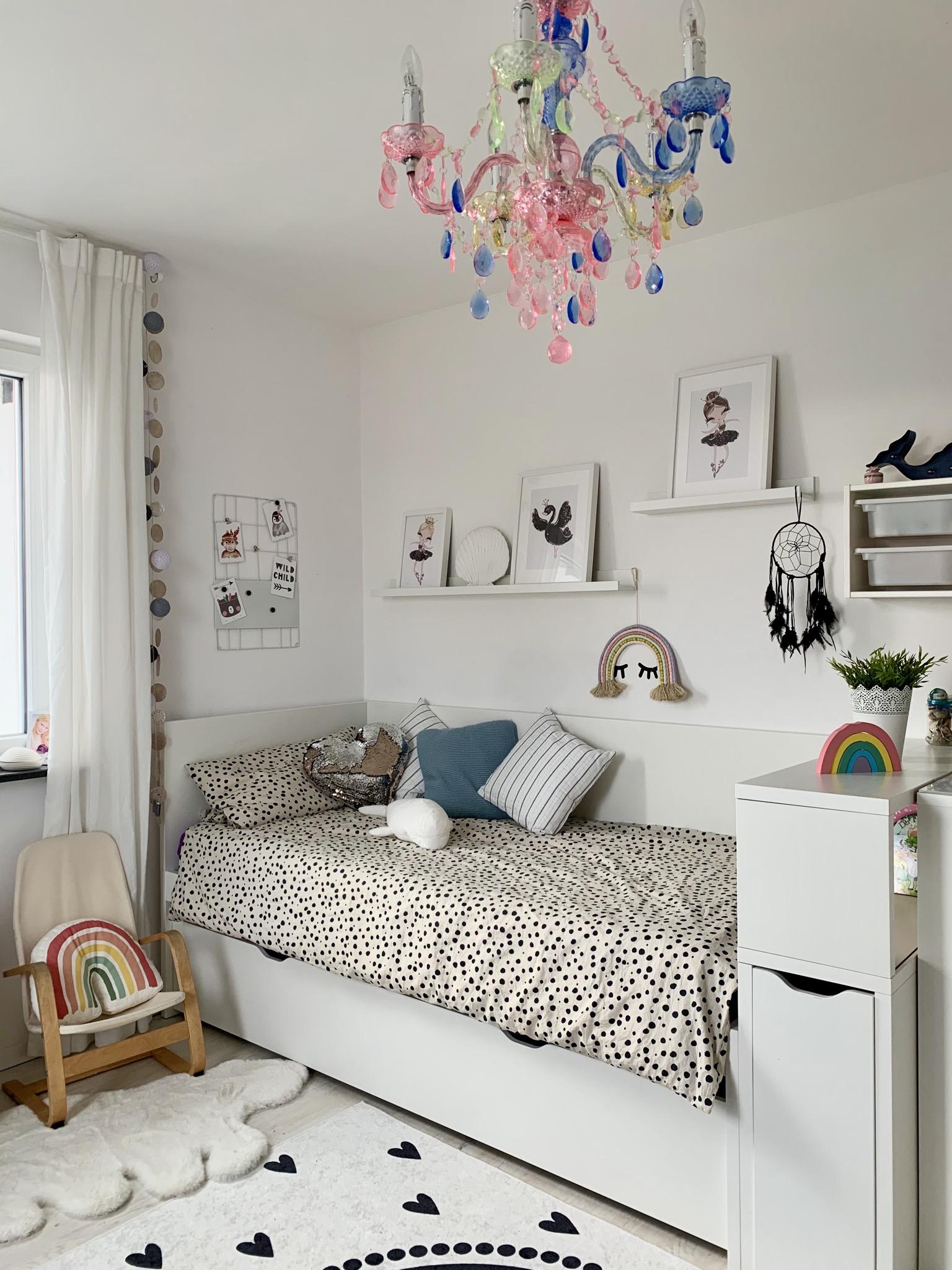Jennifer's Zuhause ist ein Traum aus Weiß und hellem Holz.