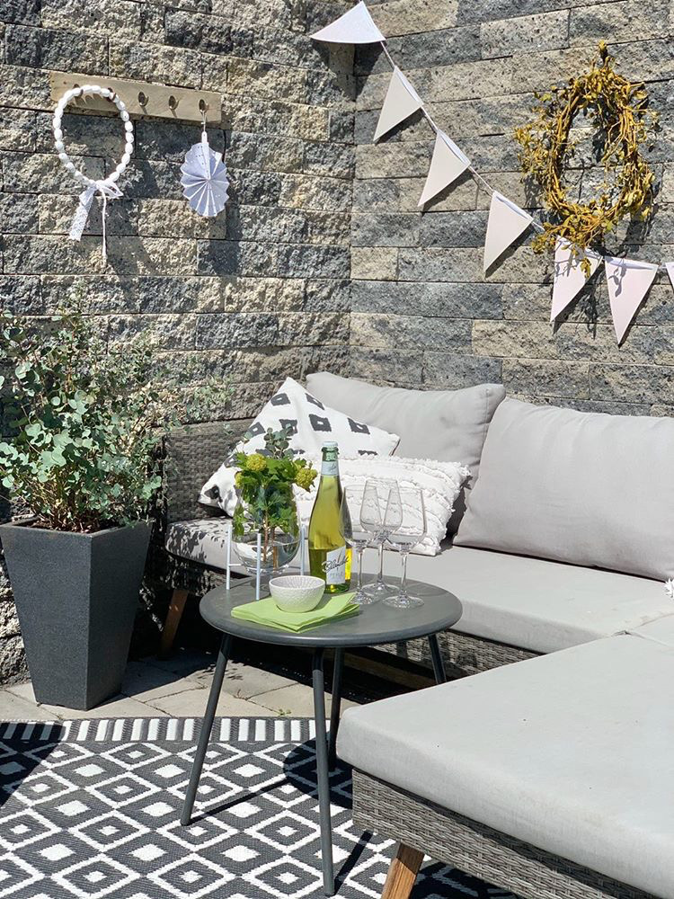 gemütliche Sitzecke geschützt vor Wind im Garten