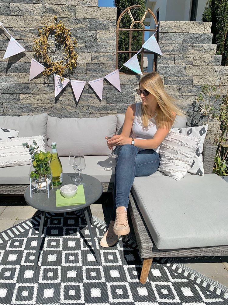 Jenny in Ihrer Sitzecke im Garten