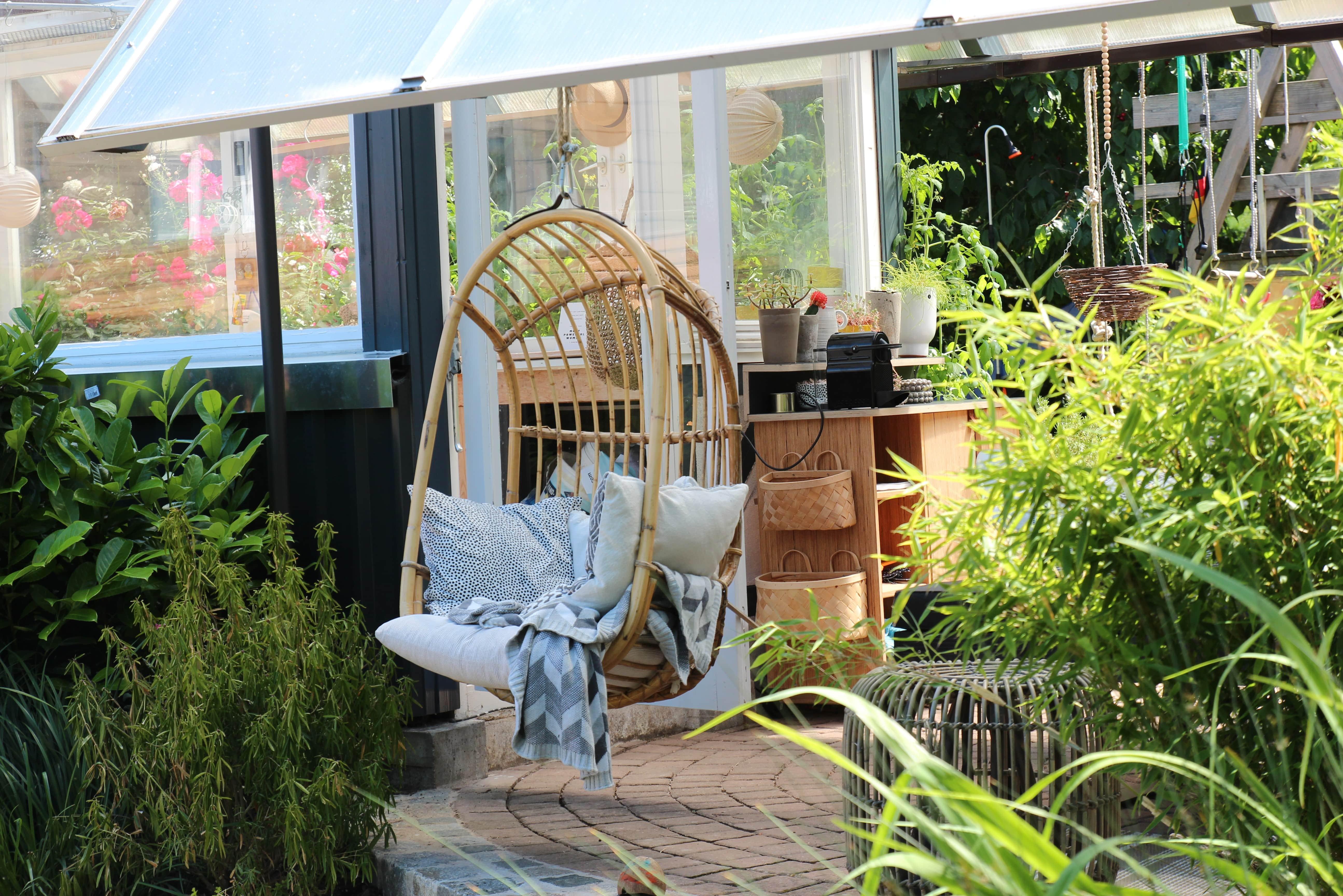 gemütlicher Schaukelsessel im Garten - Zuhause bei Stefanie - Dekoideen und zeitlose Accessoires zeigt sie bei desmondo.de