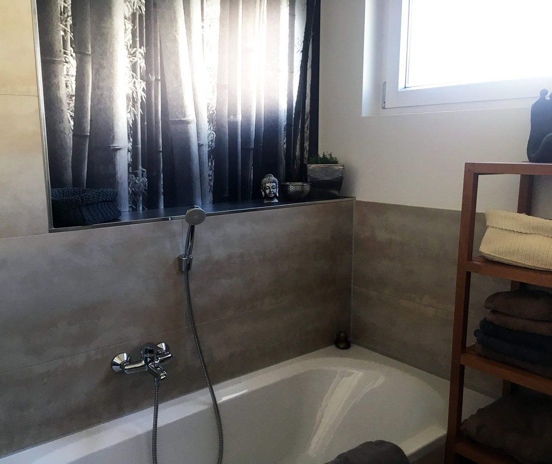 Badewanne in weiß, fraue Fließen