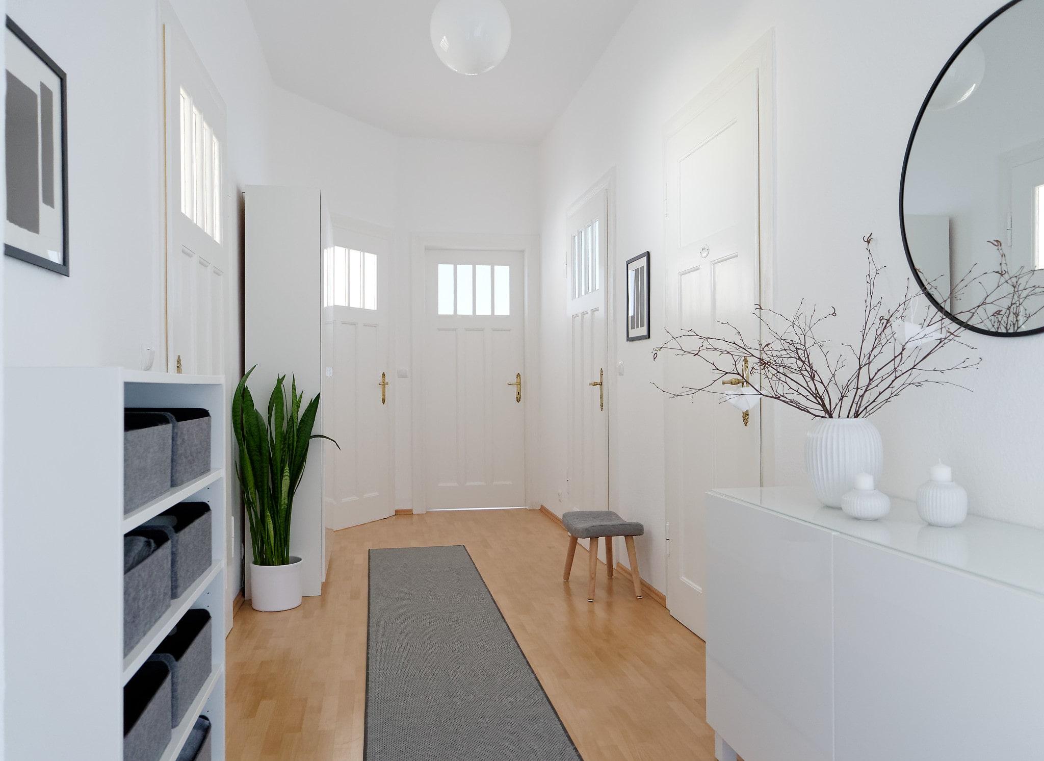 Eingangsbereich Bild 2 weiß, grau und schwarz